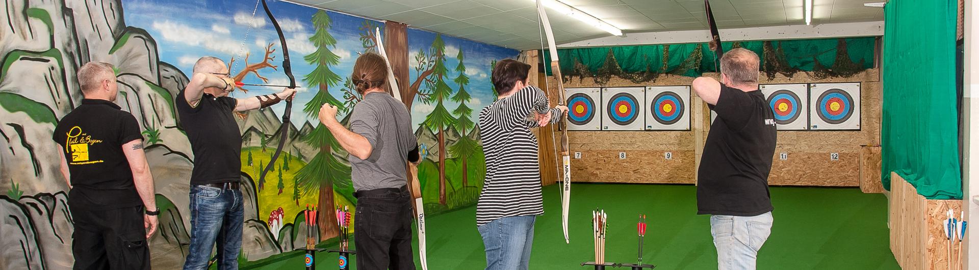 Bogenschützen beim instinktiven Bogenschießen bei Mit Pfeil und Bogen in Hamburg